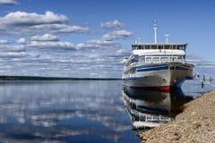 Barco de passageiro amarrado a um banco de Lena do rio Fotos de Stock Royalty Free