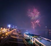 Barco de passageiro com os fogos-de-artifício no fundo imagem de stock