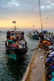 Barco de passageiro da chegada da ilha de Chang do si na doca imagem de stock royalty free