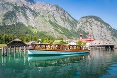 Barco de passageiro no Koenigssee perto de Berchtesgaden, Baviera, Ge Fotografia de Stock