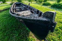 Barco de pesca abandonado en la playa Fotos de archivo