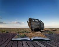 Barco de pesca abandonado na paisagem da praia no por do sol b conceptual Fotografia de Stock