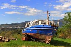 Barco de pesca abandonado viejo en la hierba Imagen de archivo