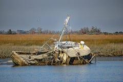 Barco de pesca abandonado viejo que se hunde en el agua Fotografía de archivo libre de regalías