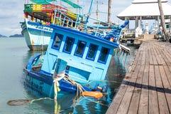 Barco de pesca afundado perto do cais fotografia de stock royalty free