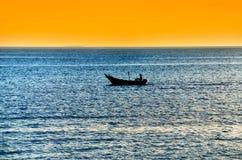 Barco de pesca aislado imagen de archivo