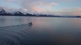 Barco de pesca de Alaska que dirige hacia fuera a las zonas de pesca almacen de metraje de vídeo