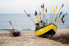 Barco de pesca amarillo. Fotos de archivo