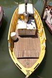 Barco de pesca amarillo y blanco Fotografía de archivo libre de regalías