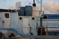 Barco de pesca amarrado en yarda del pedazo imagenes de archivo