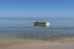 Barco de pesca ancorado Foto de Stock