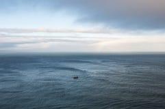 Barco de pesca apenas no oceano Foto de Stock Royalty Free
