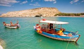 Barco de pesca asegurado en la bahía de Matala, Crete Fotos de archivo libres de regalías