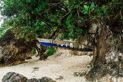 Barco de pesca asiático na praia tropical, Filipinas foto de stock royalty free
