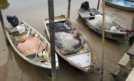 Barco de pesca asiático que se pegó durante una marea inferior Foto de archivo