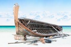 Barco de pesca Assemble na areia com céu azul e mar Foto de Stock