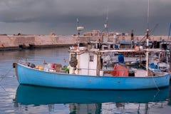 Barco de pesca atracado en puerto durante la tormenta - Jaffa viejo, Israel Fotografía de archivo