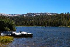 Barco de pesca atracado en un lago tranquilo del paisaje soñador fotos de archivo