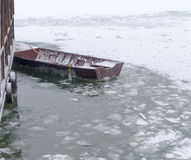 Barco de pesca atrapado en hielo Fotos de archivo libres de regalías