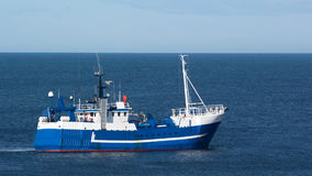 Barco de pesca azul Fotos de archivo libres de regalías