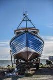 Barco de pesca azul Foto de archivo