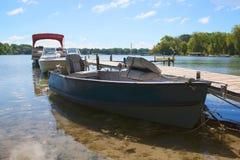 Barco de pesca azul en el lago Benedicto Imagenes de archivo