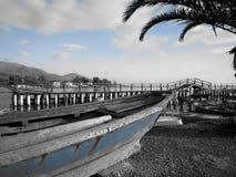 Barco de pesca azul en tierra imagenes de archivo