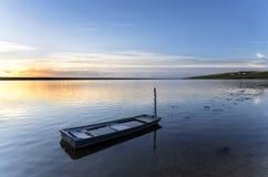 Barco de pesca azul na lagoa da frota fotos de stock