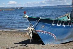 Barco de pesca azul no lago fotos de stock royalty free