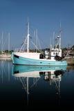 Barco de pesca azul viejo Imágenes de archivo libres de regalías