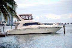 Barco de pesca branco do esporte Fotos de Stock Royalty Free
