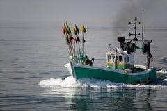 Barco de pesca branco e verde Fotos de Stock