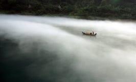 Barco de pesca brumoso de la mañana Foto de archivo
