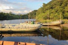 Barco de pesca, Canoa de PESCA Fundo Imagem de Stock