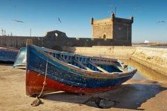 Barco de pesca cerca de la fortaleza Imagen de archivo libre de regalías