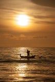 Barco de pesca cerca de la isla de Bali, Indonesia Fotos de archivo