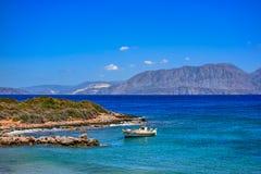 Barco de pesca cerca de la playa de Ammoudara Crete, Grecia fotos de archivo libres de regalías