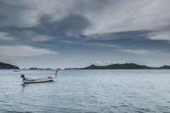 Barco de pesca cerca del océano del andaman y del cielo nublado Foto de archivo libre de regalías