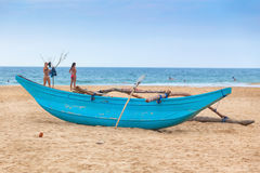 Barco de pesca cingalês tradicional na praia arenosa de Hikkaduwa fotografia de stock