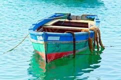 Barco de pesca colorido imágenes de archivo libres de regalías