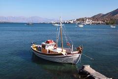 Barco de pesca colorido, Crete, Grecia imagenes de archivo