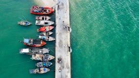 Barco de pesca colorido en un habour/un embarcadero de los pescados Foto de archivo libre de regalías