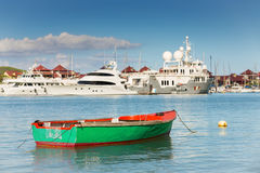 Barco de pesca com iate luxuosos fundo, Eden Island, Mah Fotos de Stock