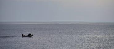 Barco de pesca com pescador Imagens de Stock Royalty Free
