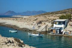 Barco de pesca com uma vila no fundo imagem de stock