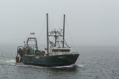 Barco de pesca comercial G loquaz na névoa Fotografia de Stock Royalty Free