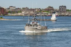 Barco de pesca comercial Somethin mais com waterfron de New Bedford Fotografia de Stock
