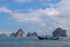 Barco de pesca con el océano Imágenes de archivo libres de regalías