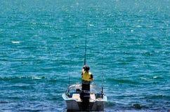 Barco de pesca con el pescador Fotografía de archivo