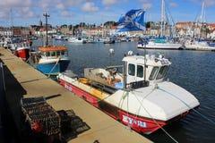 Barco de pesca con la bandera escocesa del referéndum sí Fotografía de archivo libre de regalías
